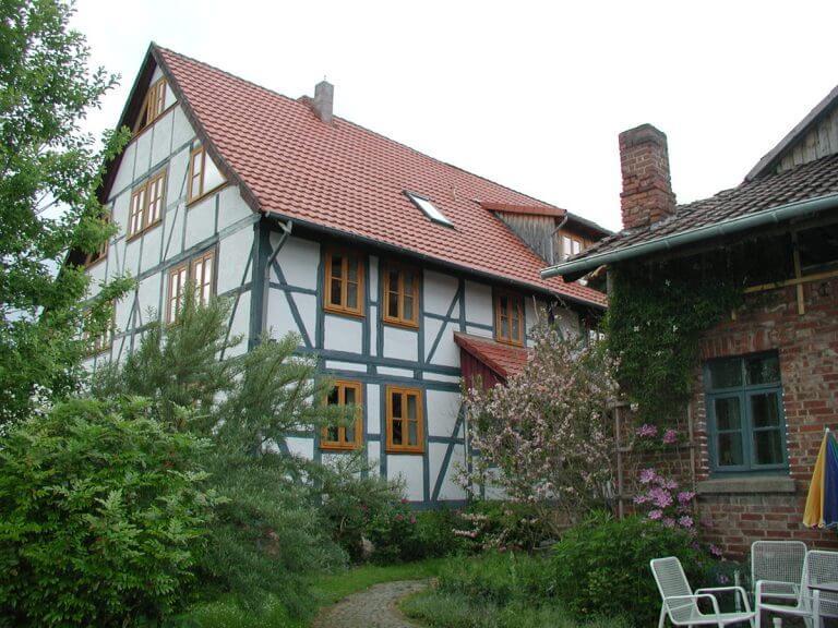 pg-lange Fachwerkhaus Ansicht mit Nebengebäude