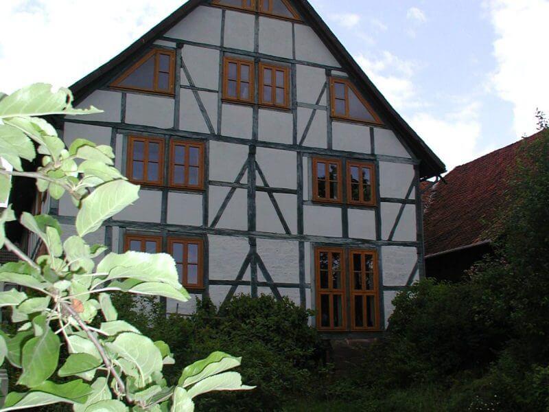 pg-lange Fachwerkhaus Ansicht vom Bach