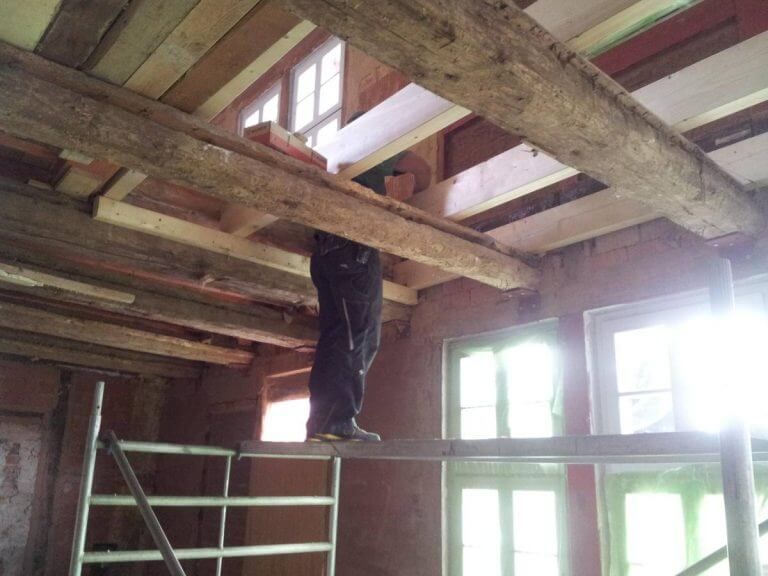 pg-lange - Tabalugahaus Holzbalkendecke während Sanierung