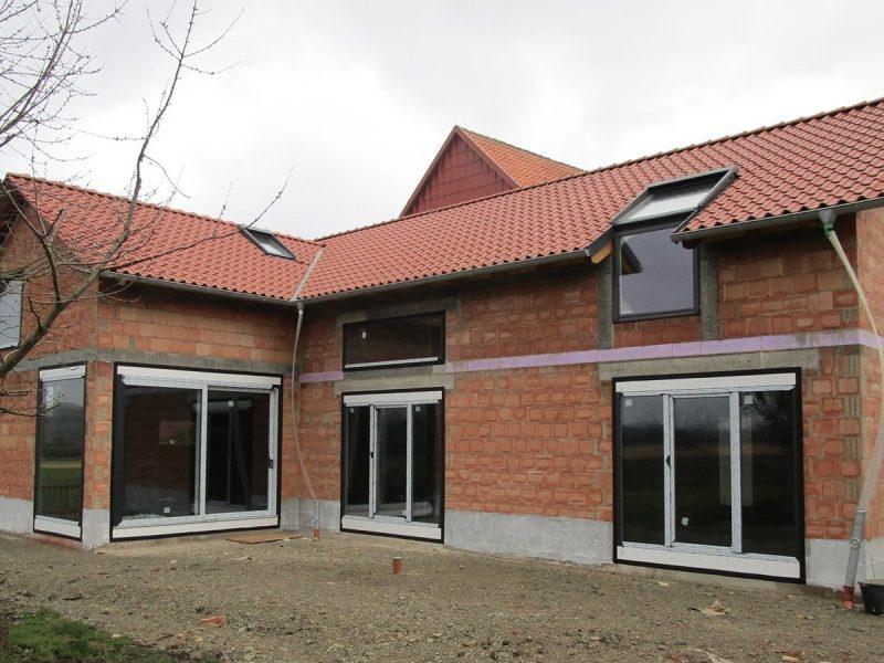 pg lange Einfamilienhaus Bauphase Gartenansicht