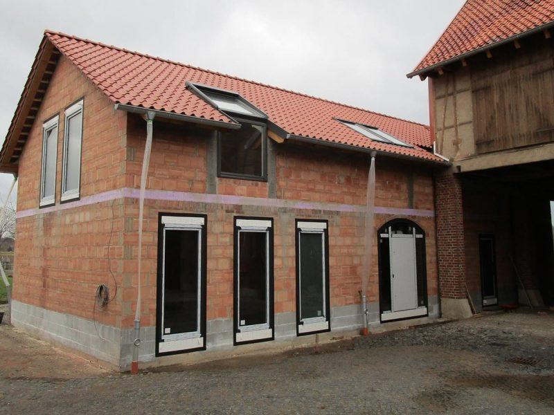 pg lange Einfamilienhaus Bauphase Hofansicht